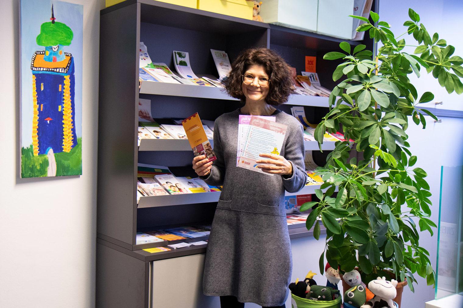 Claudia Leeb mit Infofoldern