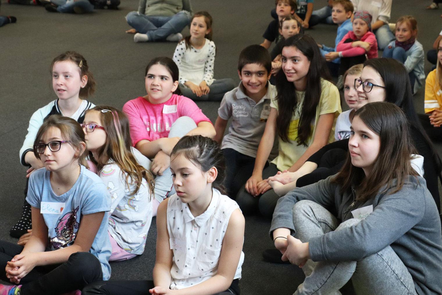 Gruppe von Kindern beim Kindergipfel