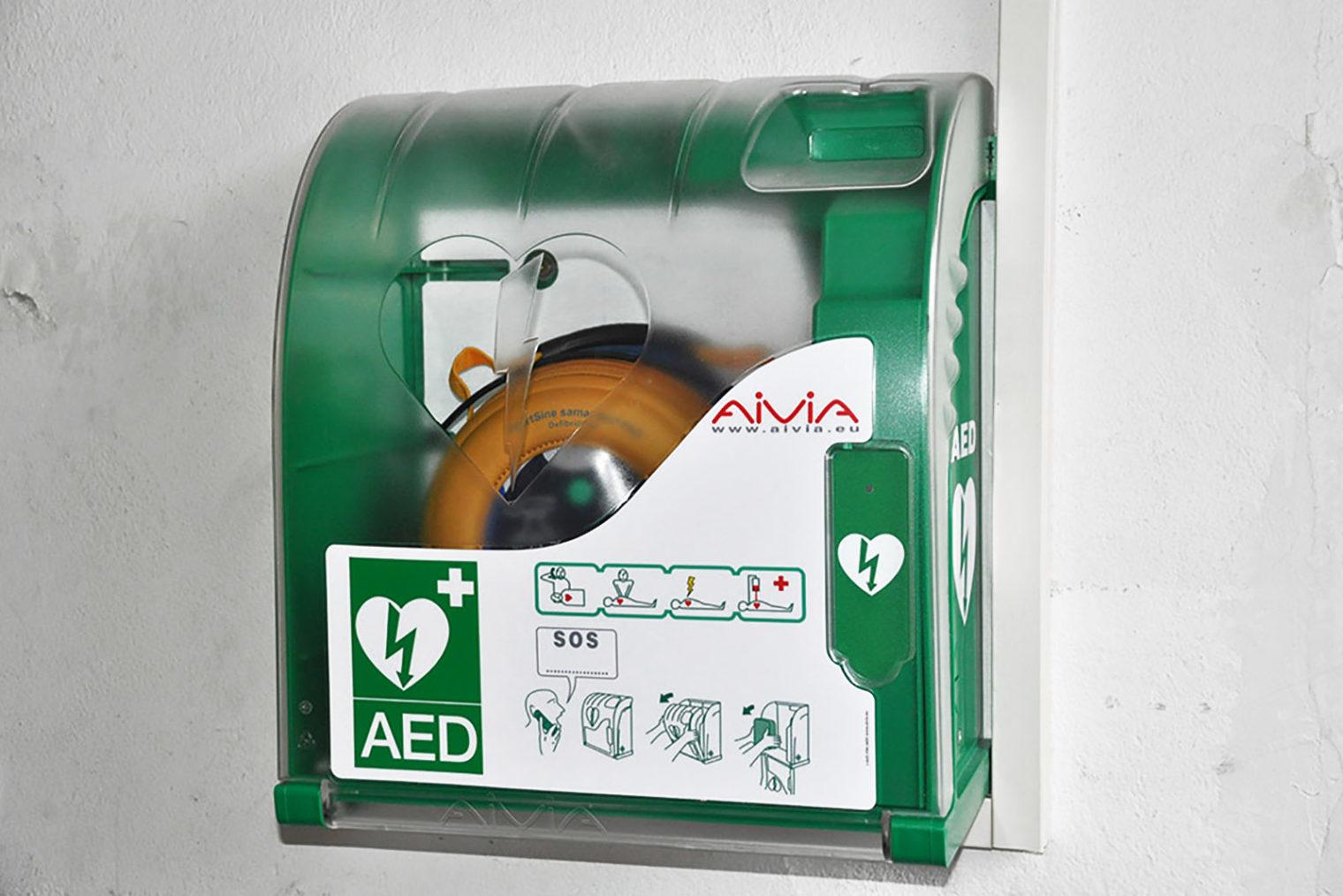 An Wand montierter Defibrillator