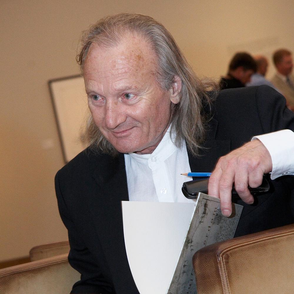 Paul Zwietnig-Rottderdam mit aufgeschlagenem Buch