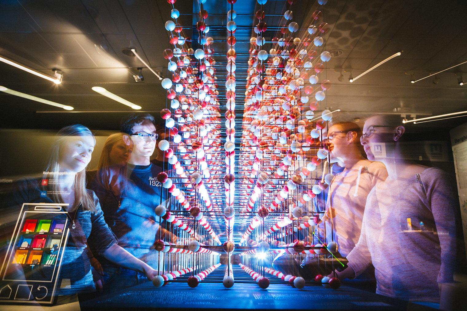 Studierende mit Atom-Modell