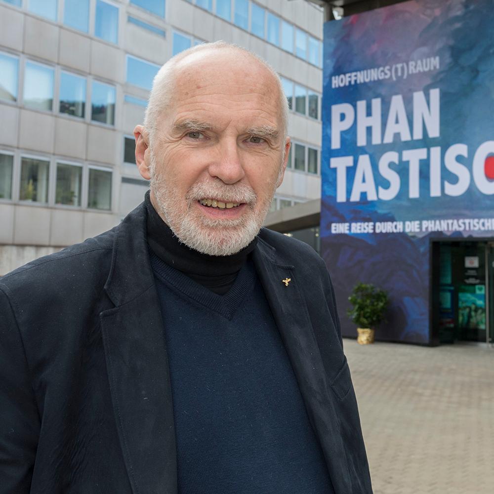 Prof. Gotthard Fellerer vor dem MuseumsCenter