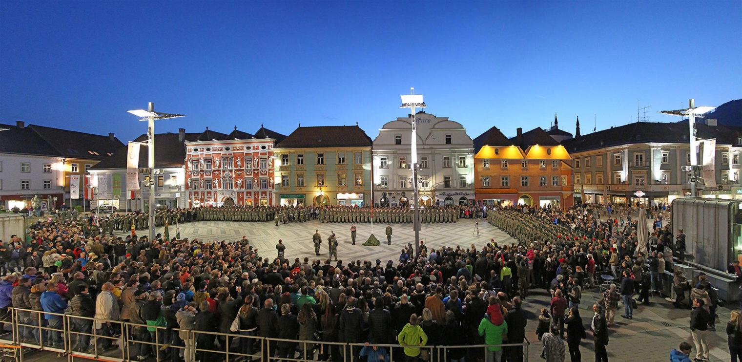 Panorama vom Leobener Hauptplatz mit Rekruten und Zusehern