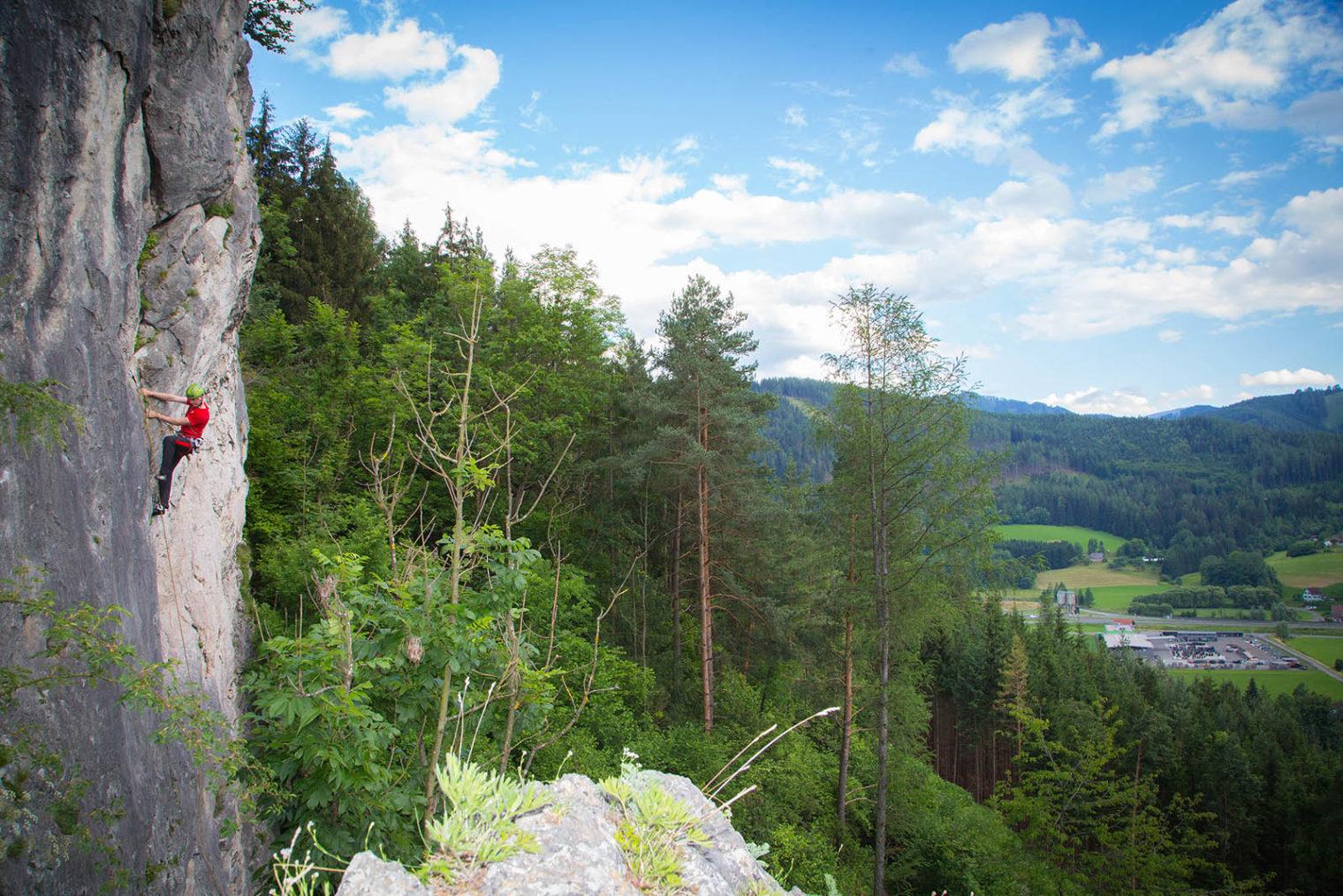 Kletterer auf Bergwand in Leoben