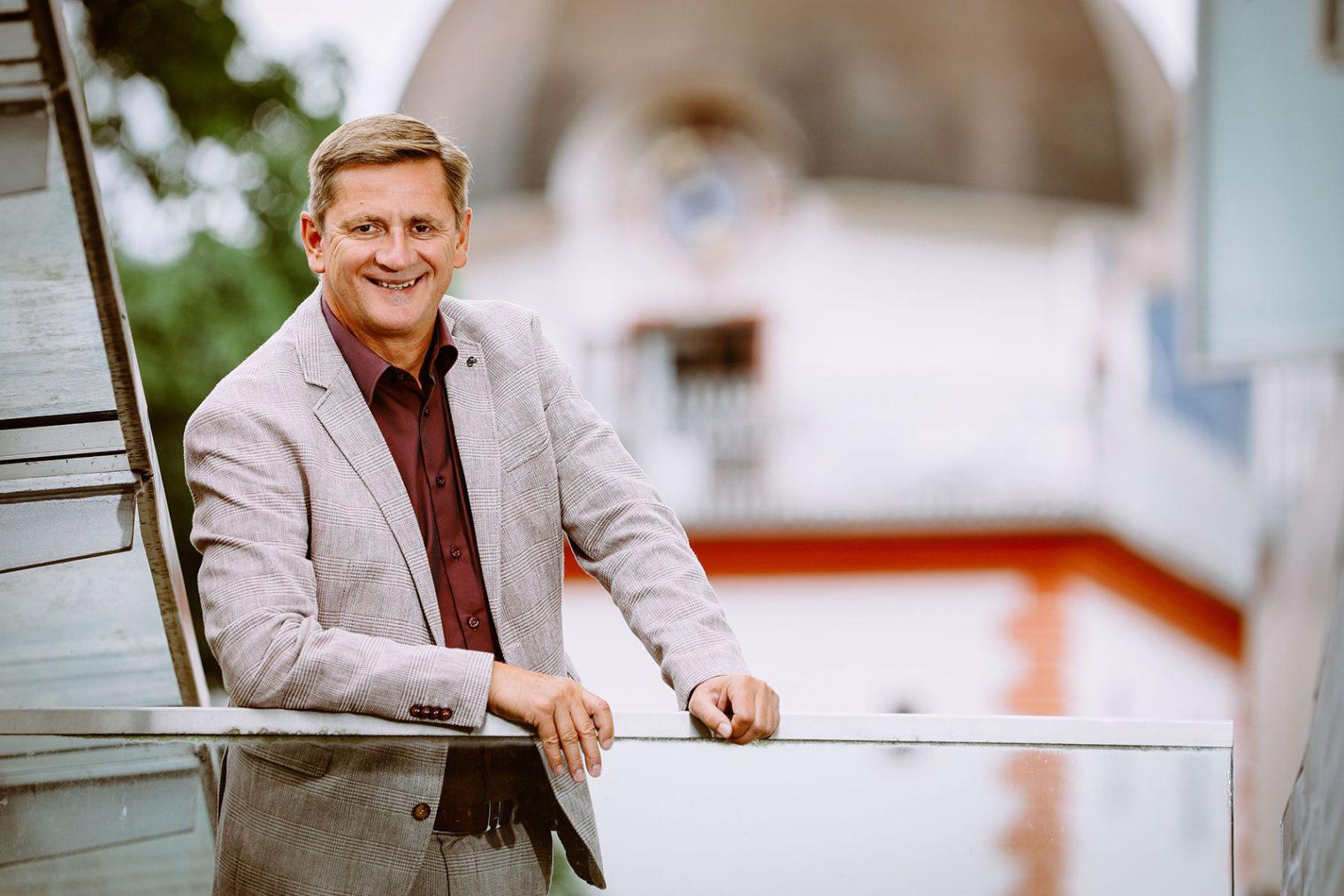 Bürgermeister Kurt Wallner vor dem Schwammerlturm
