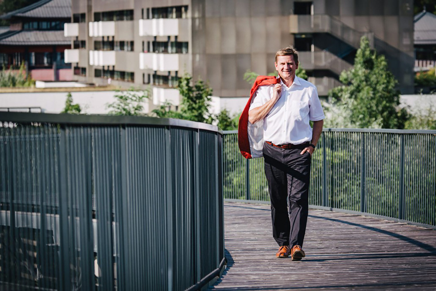 Bürgermeister Kurt Wallner geht über eine Brücke, im Hintergrund das Asia Spa