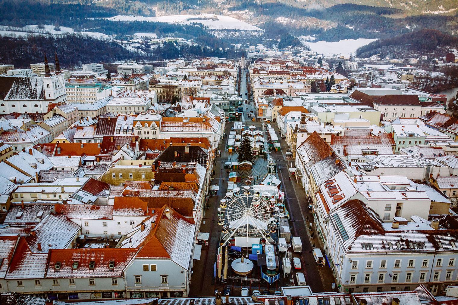 Luftbild Hauptplatz Leoben mit Adventmarkt