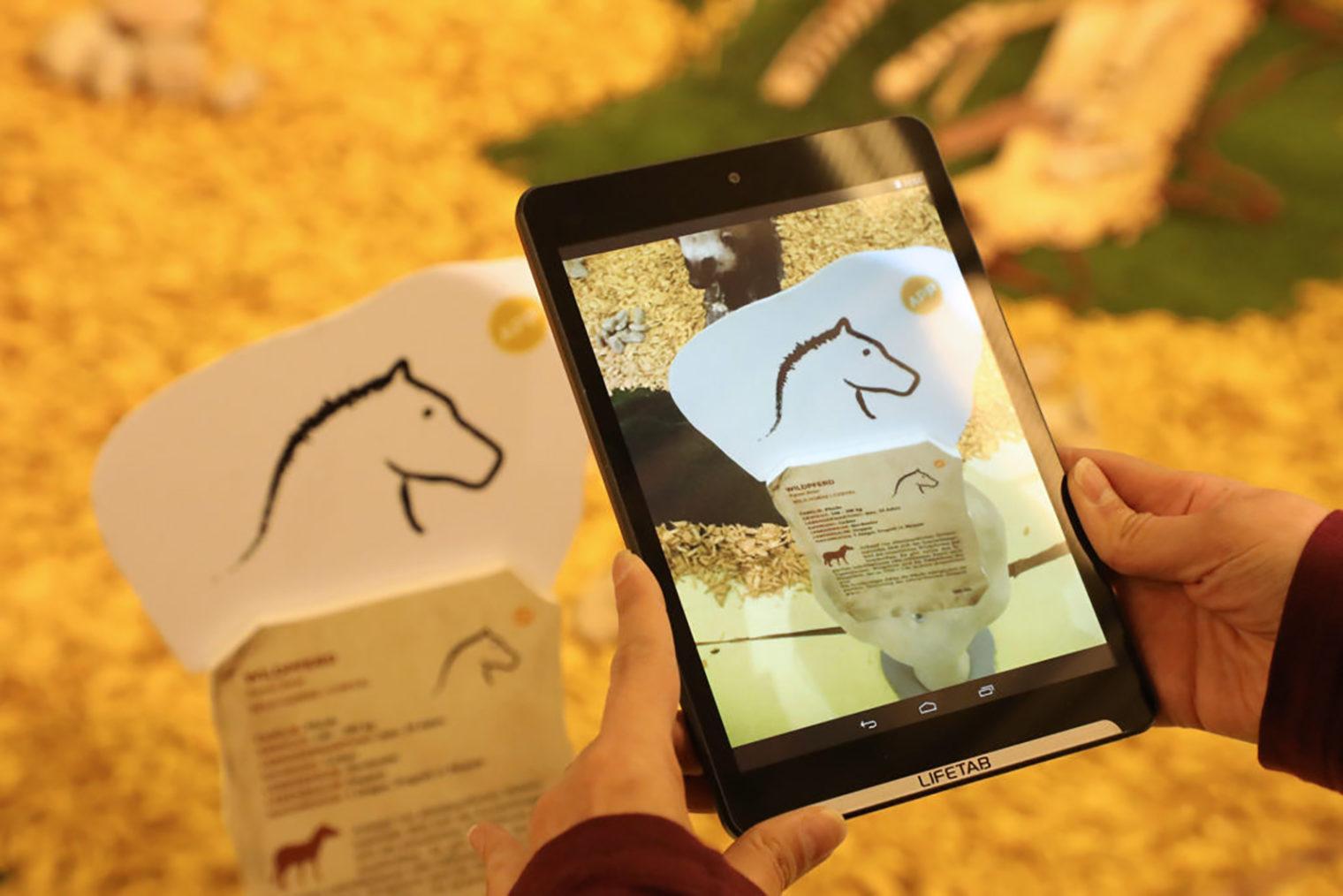 Informatuionen über Urzeit-Tiere auf einem Tablet