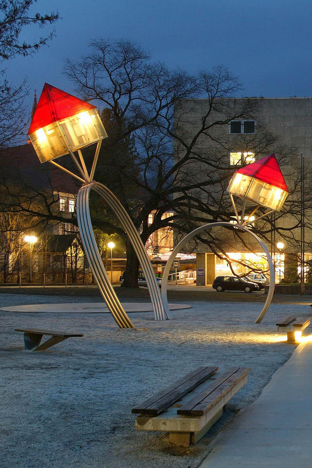 Beleuchtete Oppenheimringe vor dem Leobener Rathaus