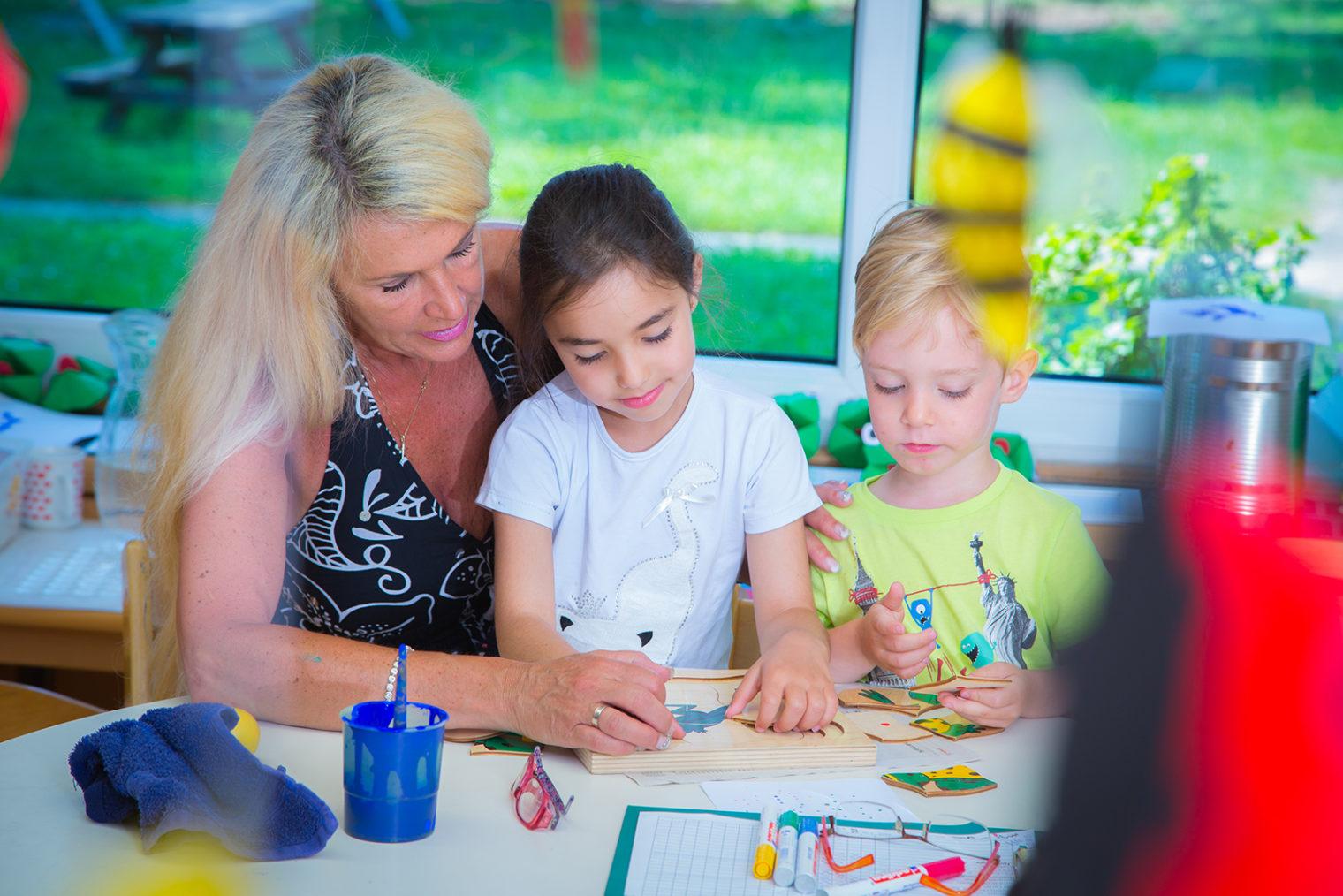 Betreuerin mit zwei Kindern