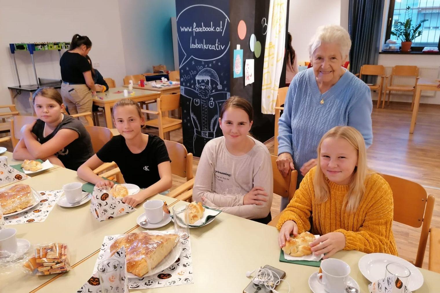 Jugendliche und Senioren im Begegnungszentrum