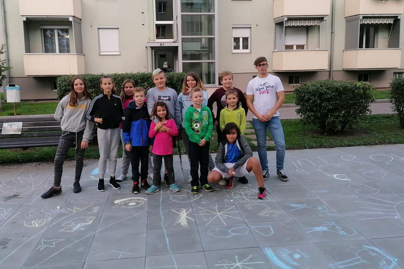 Jugendliche vor dem Begegnungszentrum