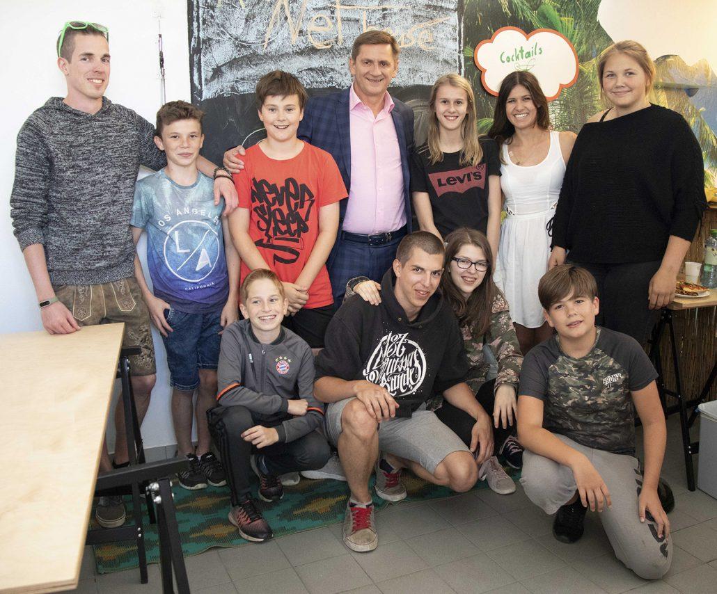 Bürgermeister mit Jugendlichen