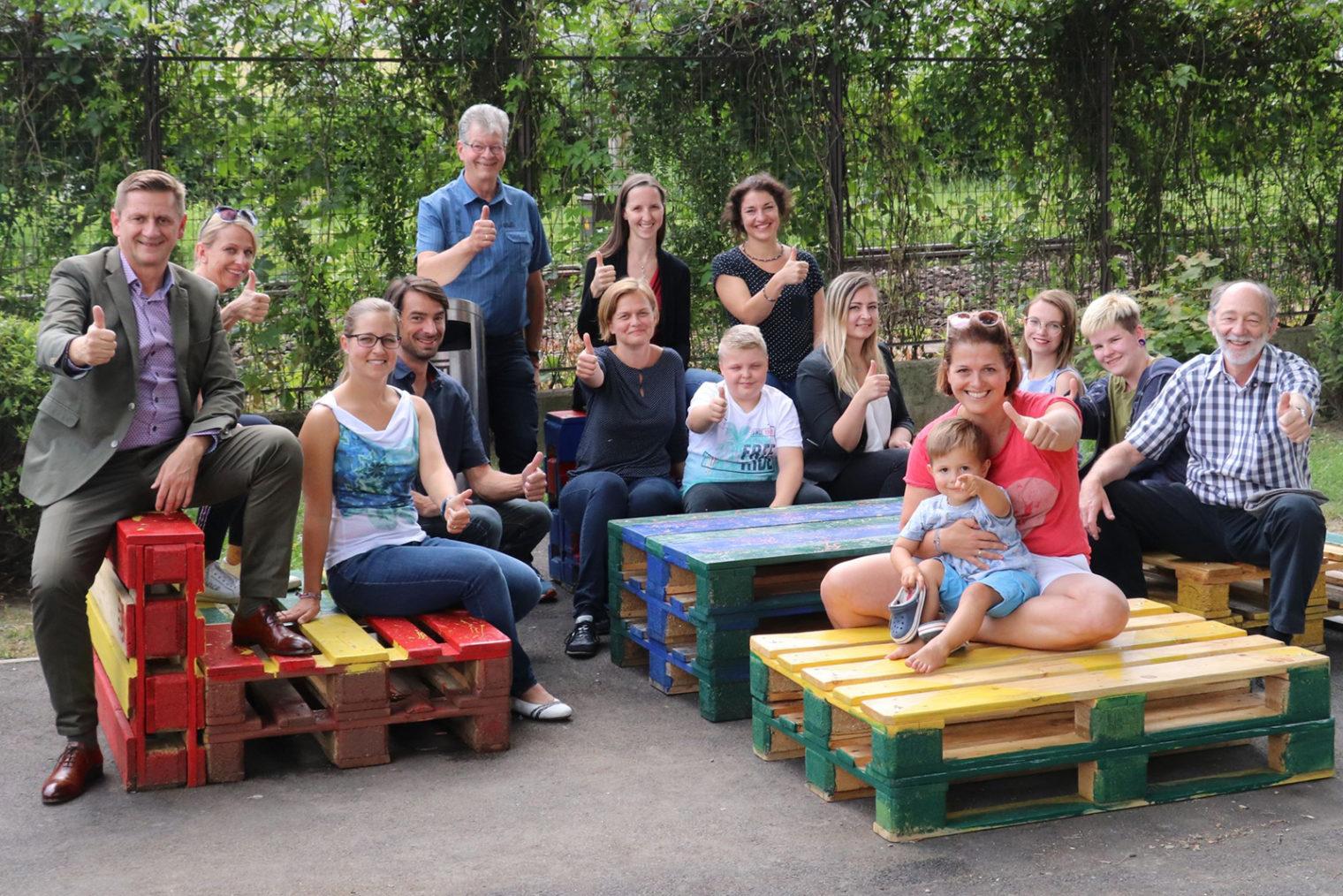 Gruppenbild auf Palettenmöbeln
