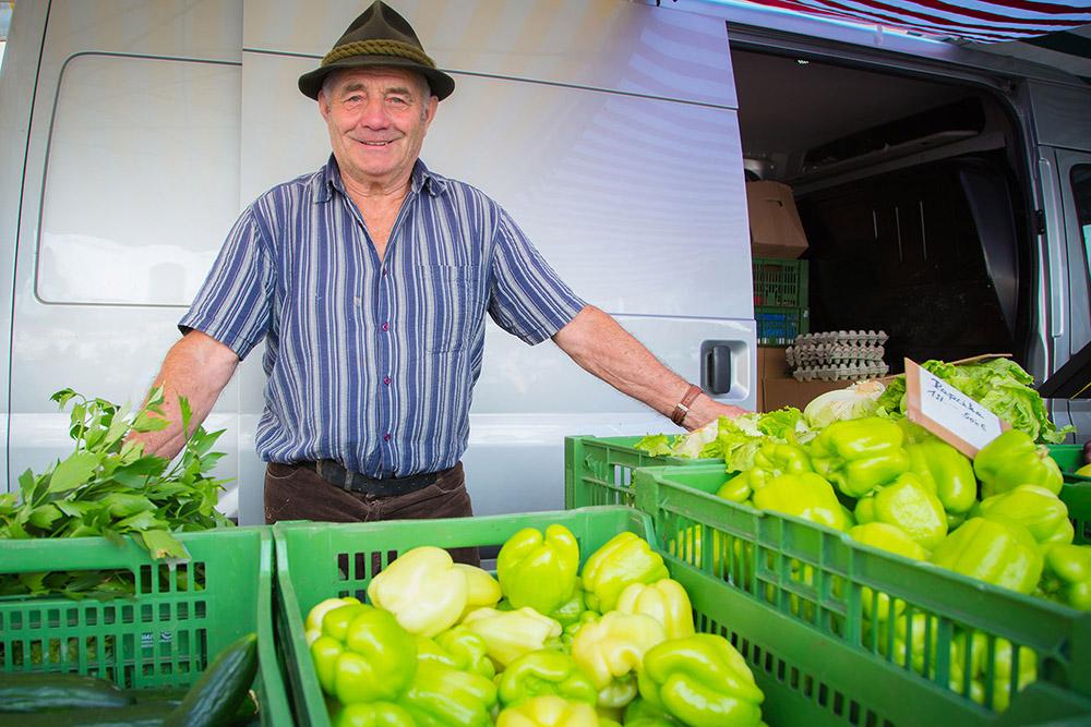 Verkäufer mit Ware auf dem Leobener Bauernmarkt