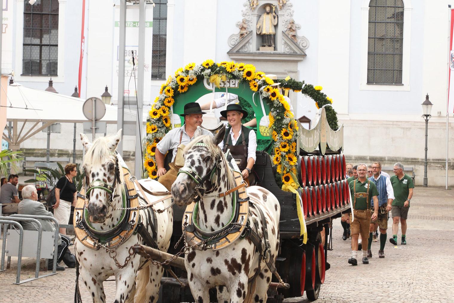 Geschmückte Pferdekutsche in der Leobener Innenstadt beim Braustadt Fest