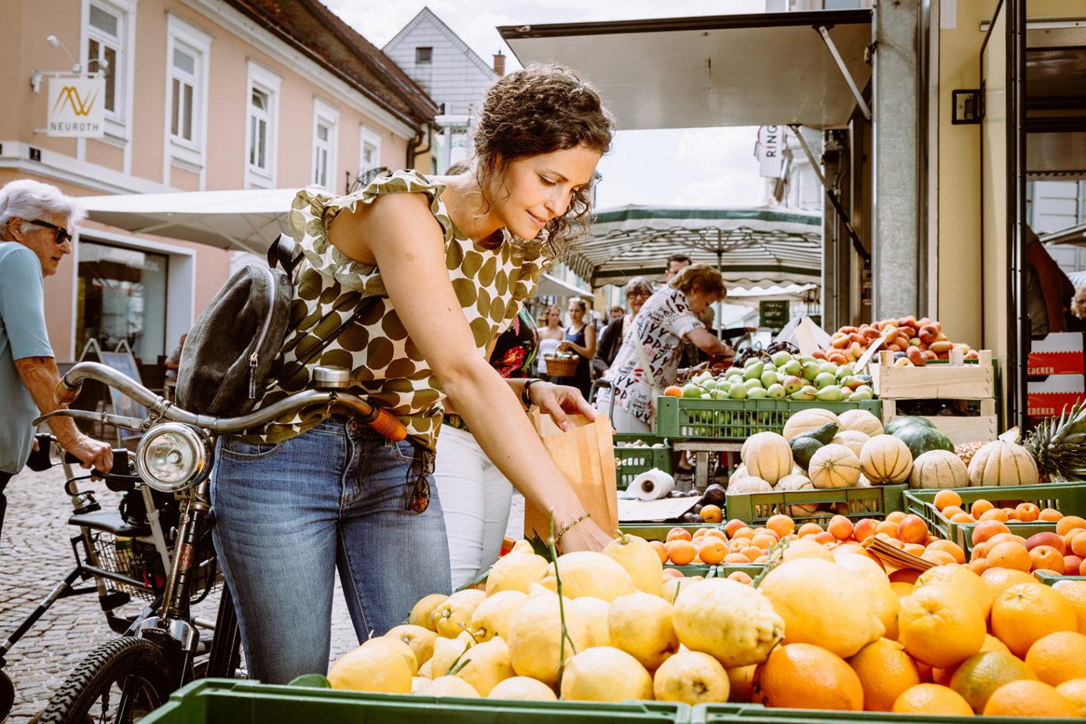 Frau bei Einkauf am Bauernmarkt