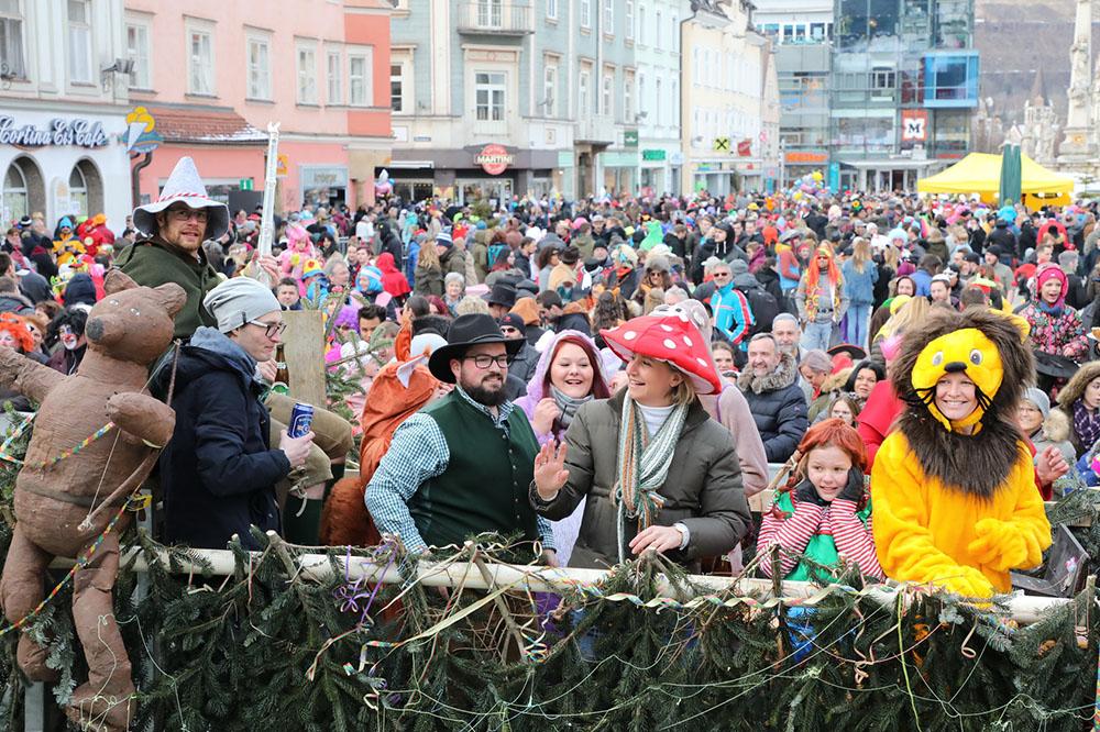Kostümierte Faschingsbegeisterte beim Faschingsumzug in Leoben