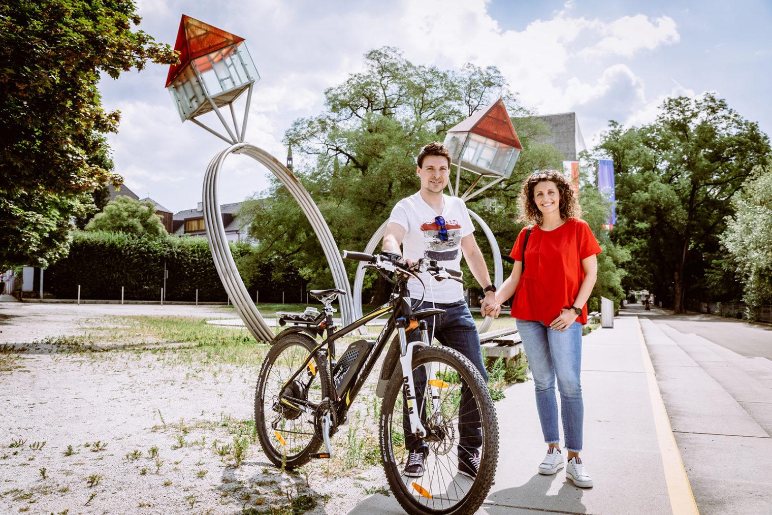 Paar mit Fahrrad vor dem Rathaus Leoben