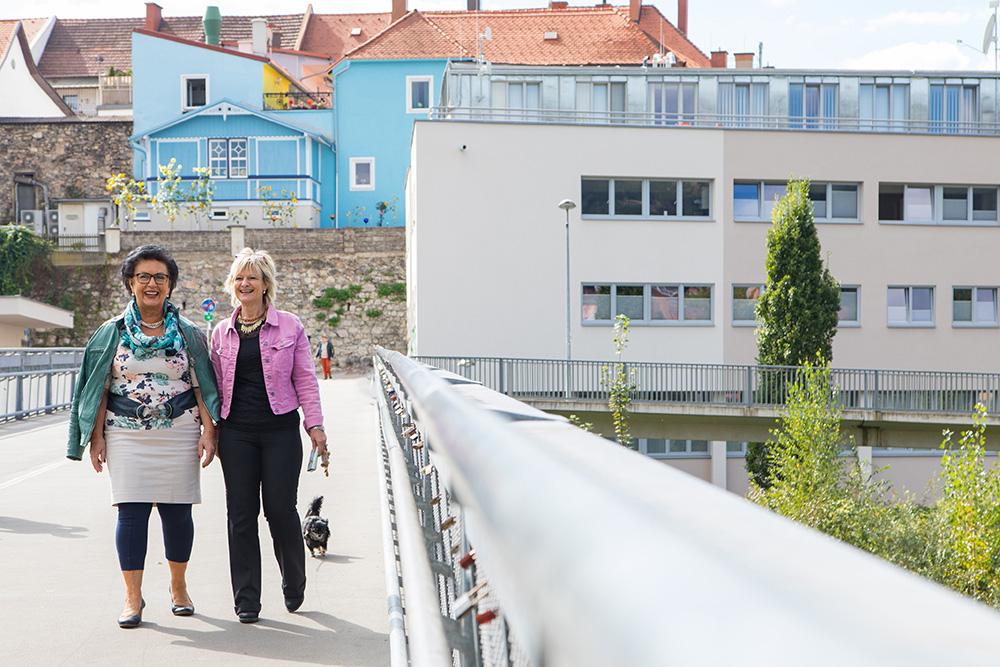 Zwei Damen spazieren über die Winkelfeldbrücke