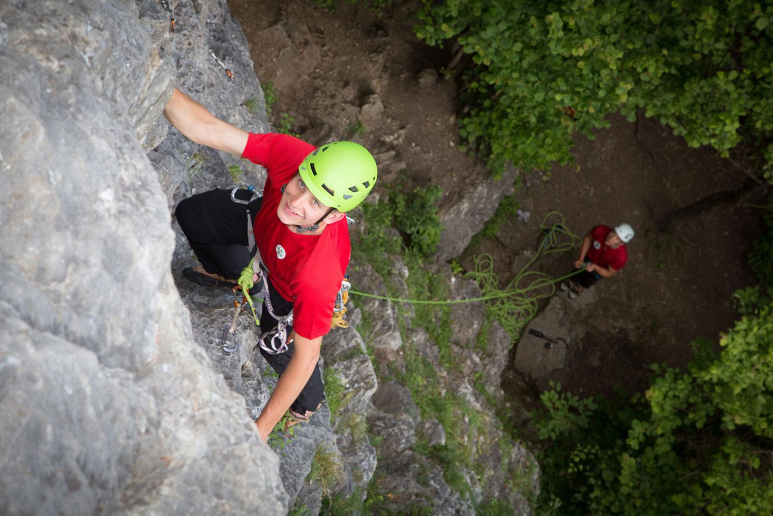 Bild von Oben: Zwei Personen beim Klettern