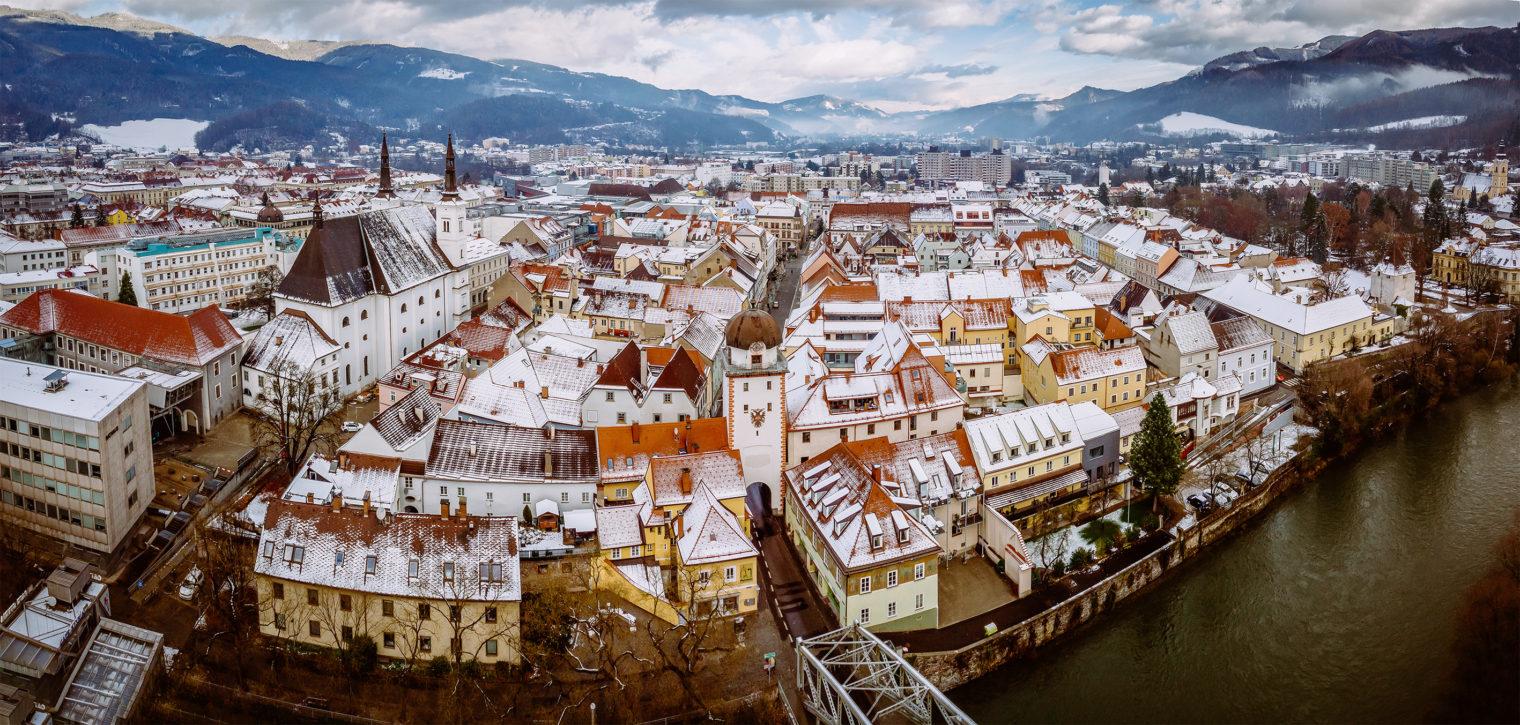Vogelperspektive der Stadt Leoben im Winter