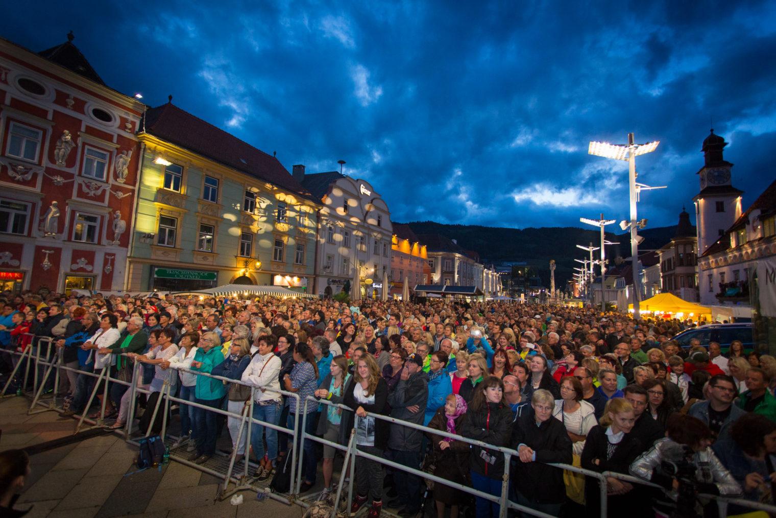 Publikum beim Sommer Open Air am Hauptplatz Leoben