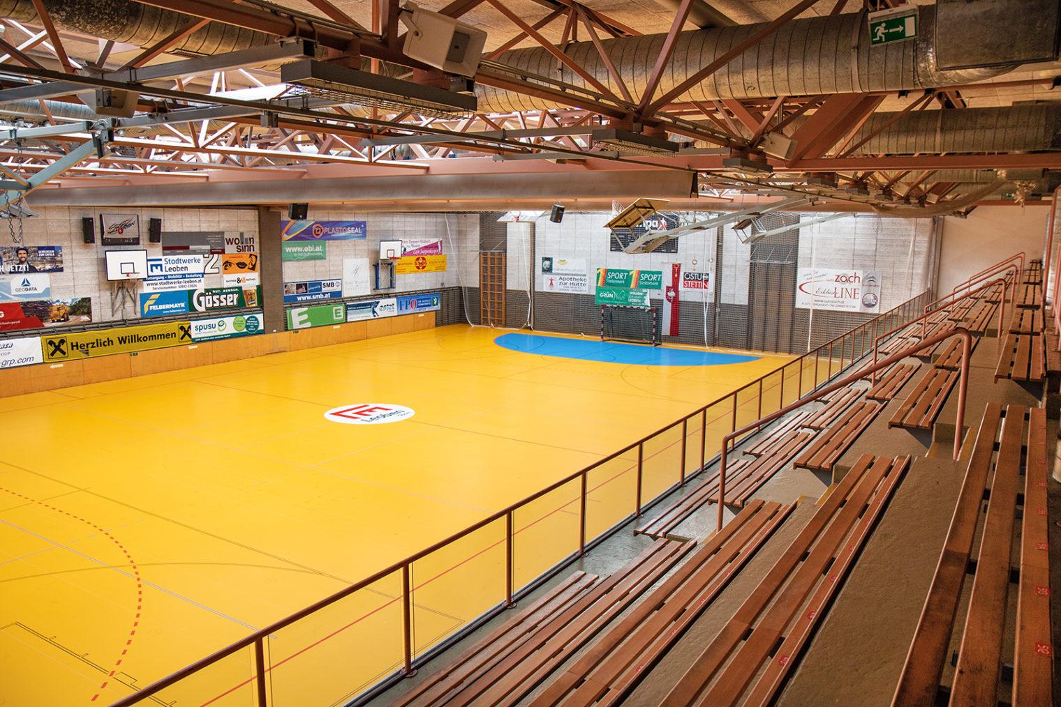 Innenansicht Sporthalle von Tribüne aus