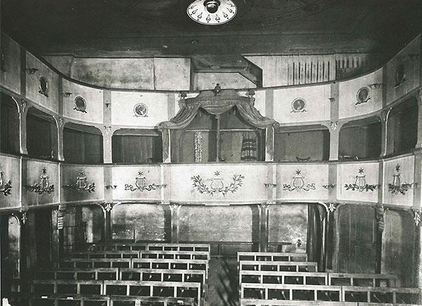 Der Zuschauerraum des Leobener Stadttheaters um 1880