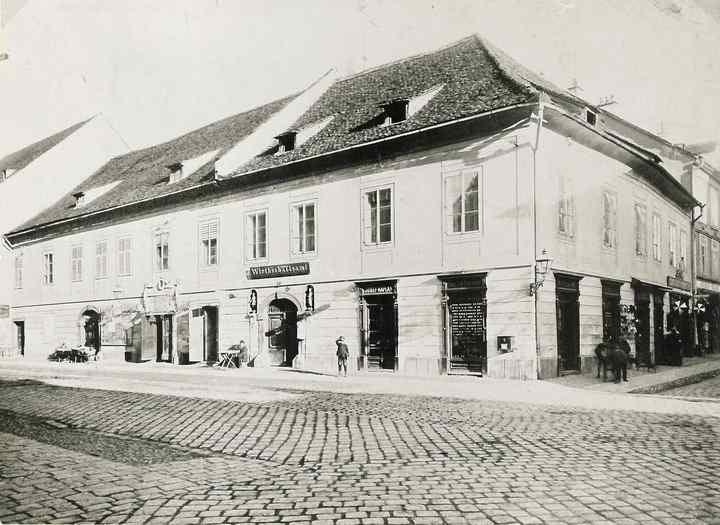 Außenansicht des Stadttheaters Leoben um 1900