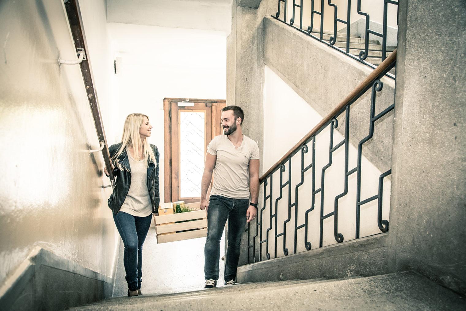 Junges Paar im Stiegenhaus