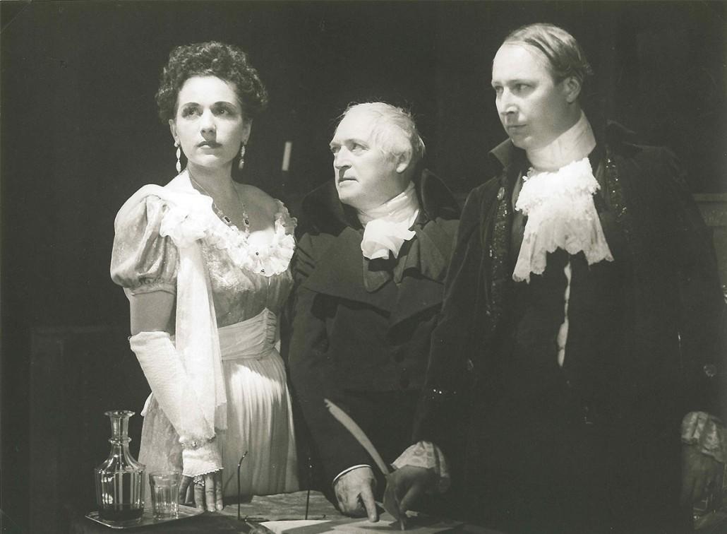 Szenenfoto von einer Theaterschauspielerin und zwei Theaterschauspielern im Stadttheater Leoben