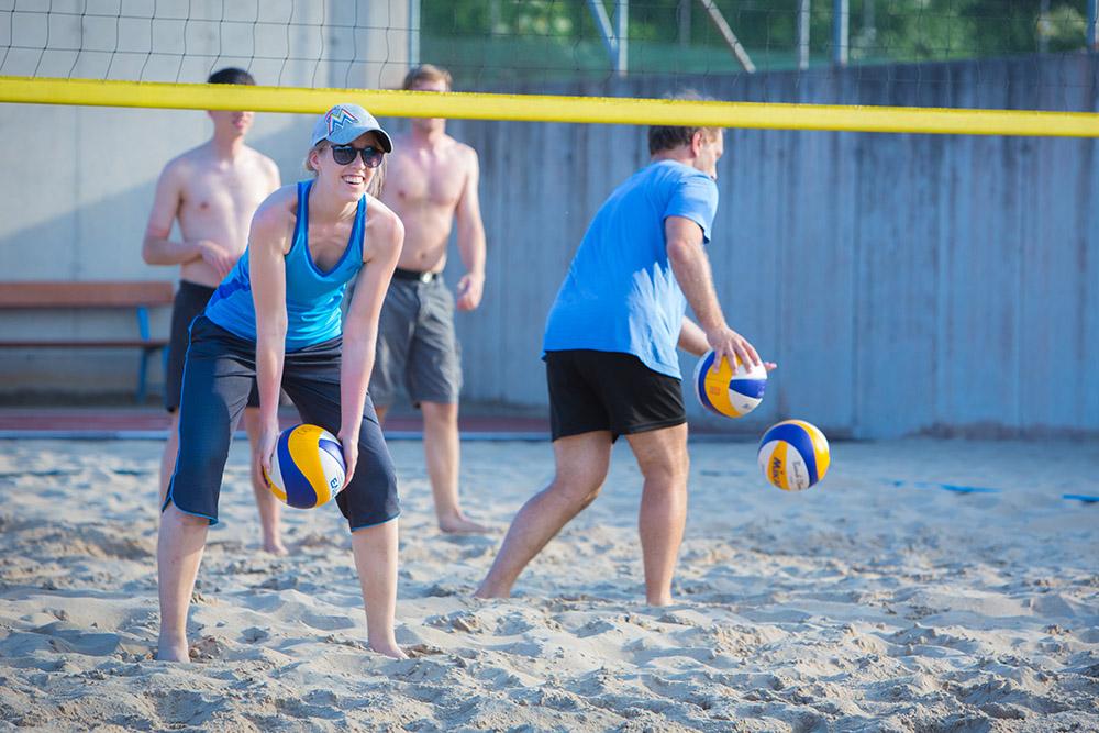 Gruppenfoto beim Beach-Volleyball