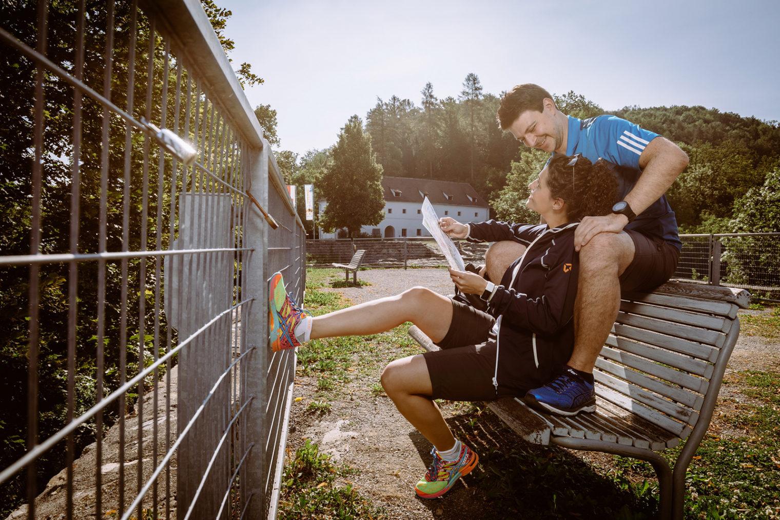 Personen auf einer Sitzbank auf der Maßenburg