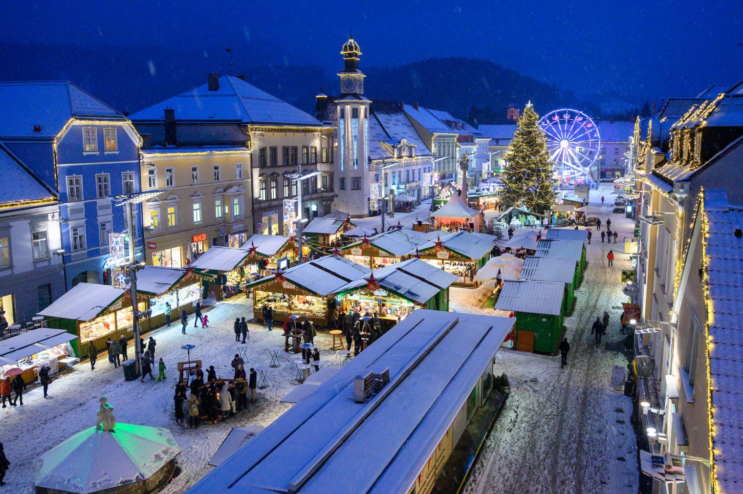 Weihnachtsdorf am Hauptplatz Leoben im Schnee