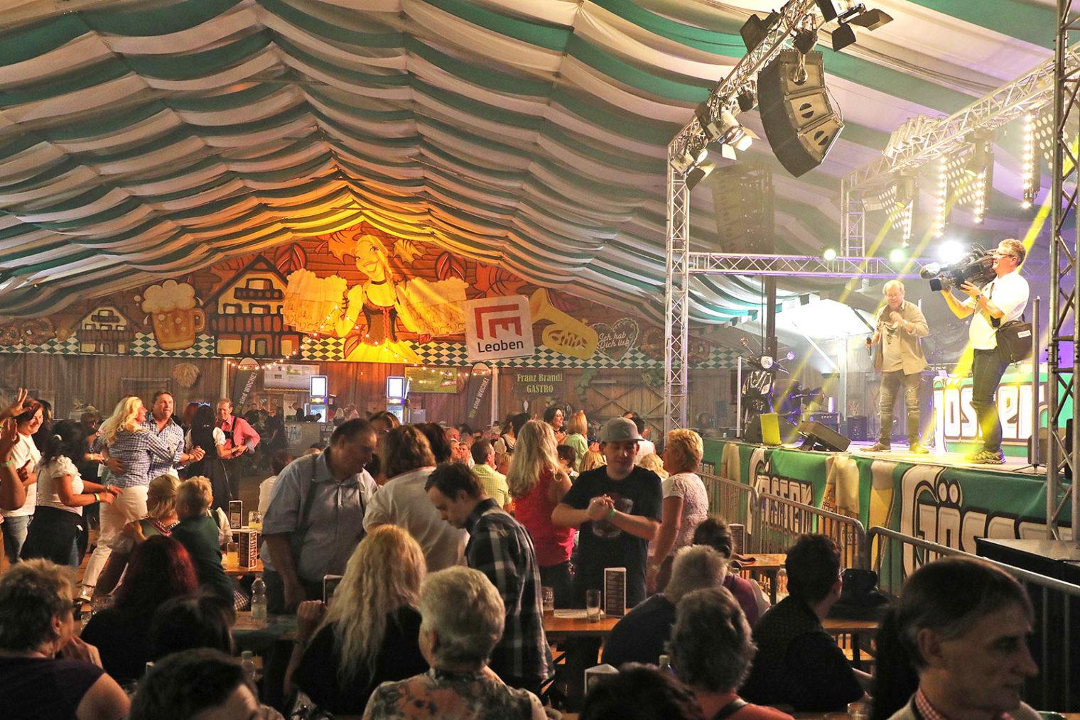 Feiernde Gäste am Leobener Wiesenfest