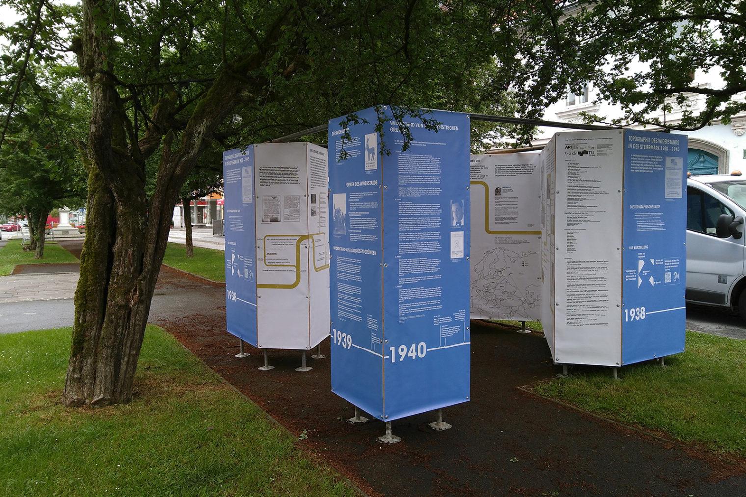 Ausstellung der Tpografie des Widerstand in einer Parkanlage