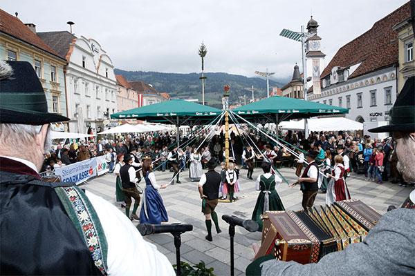 Musikanten und tanzende Personen beim Maifest in Leoben