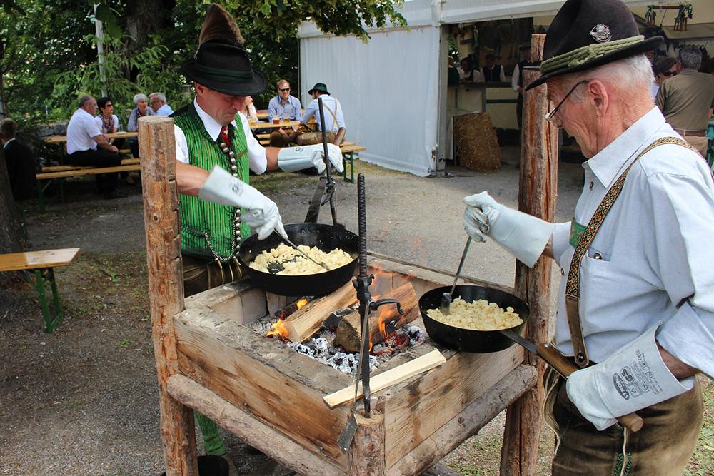 Zwei Männer bereiten das Essen am Oberlandler Kirchtag zu
