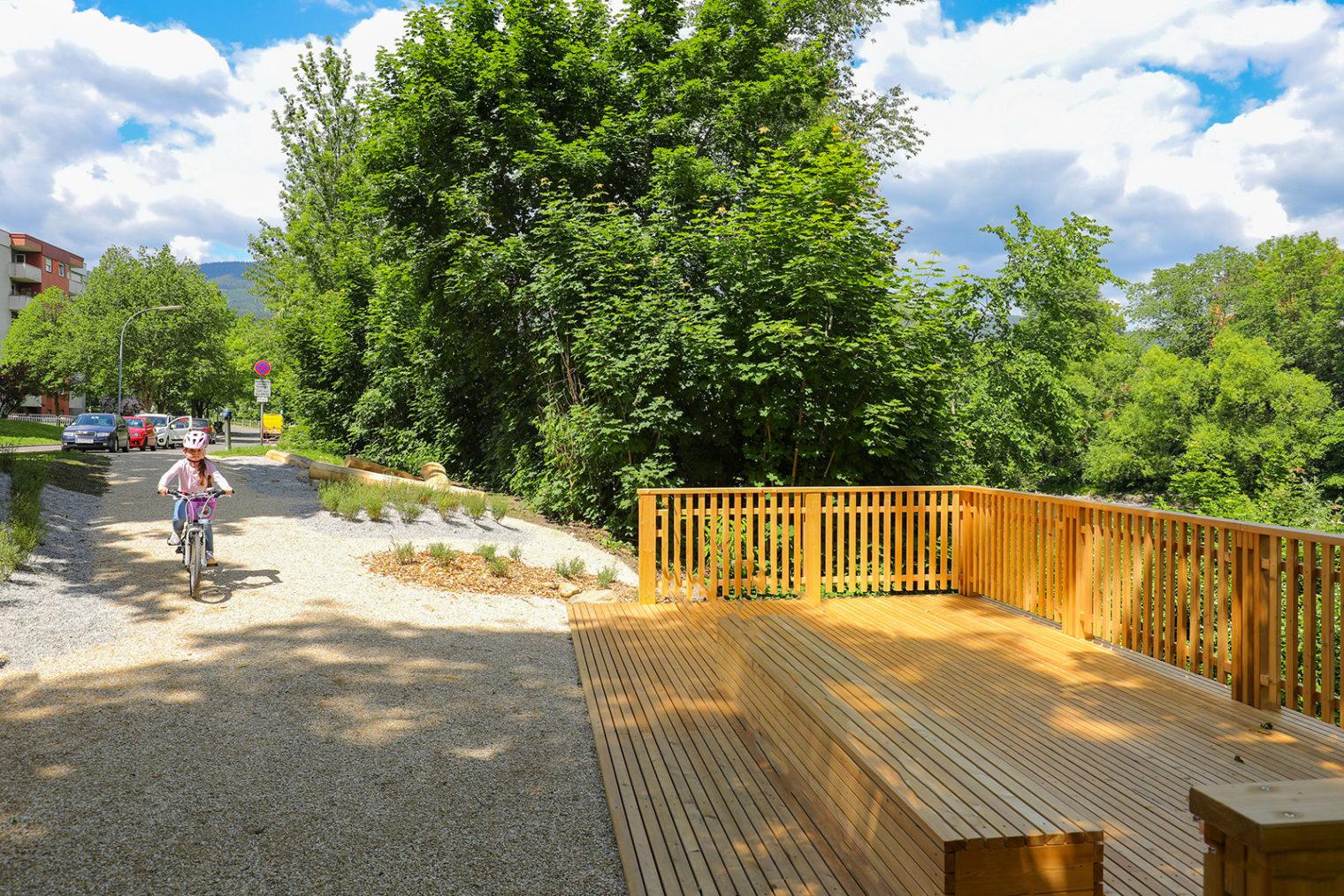 Holzplattform und Radweg