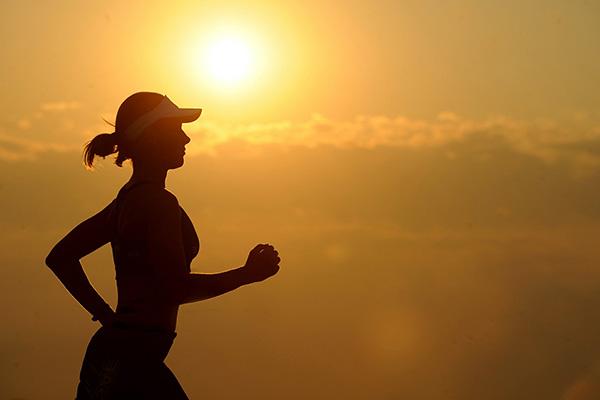 Laufende Dame in der Sonne