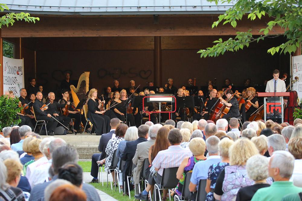 Publikum lauscht den Klängen bei der Sommerphilharmonie in Leoben