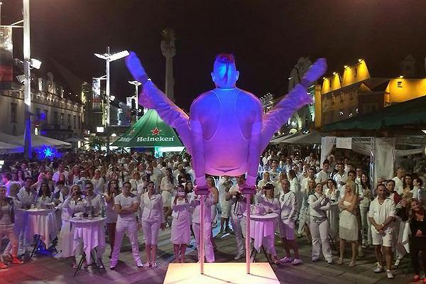 Akrobat auf der Bühne und Zuseher bei We Love White Leoben