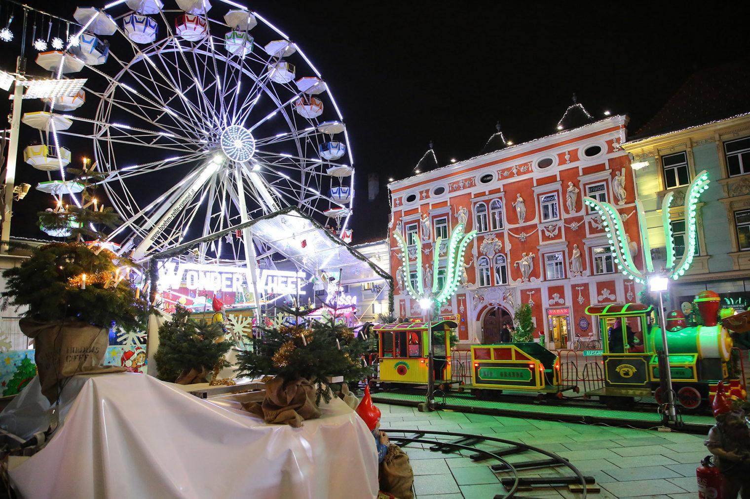 Weihnachtsdorf am Leobener Hauptplatz mit Riesenrad, Kinderzug ...
