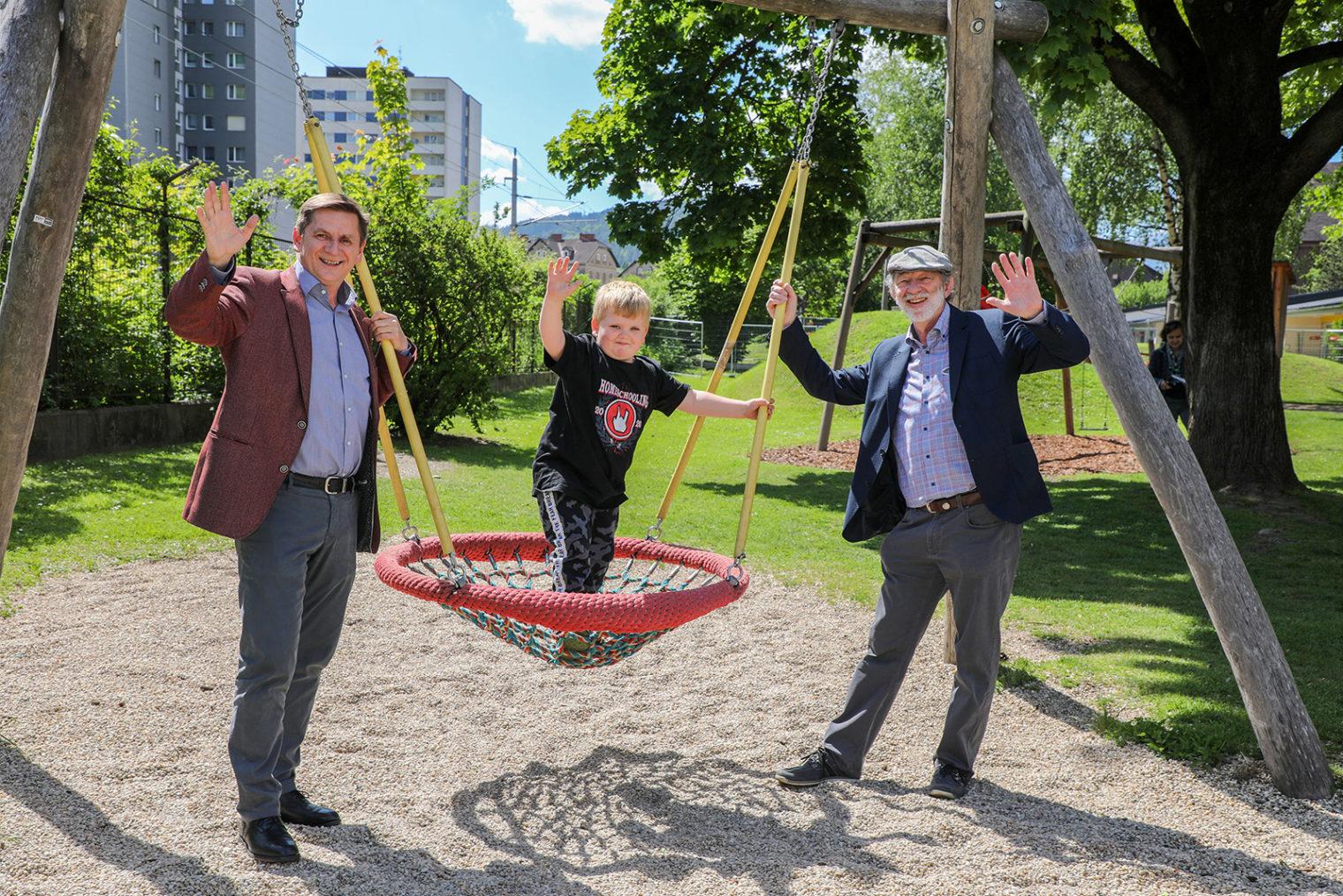 Bürgermeister Wallner und Referatsleiter Kieninger am Spielplatz