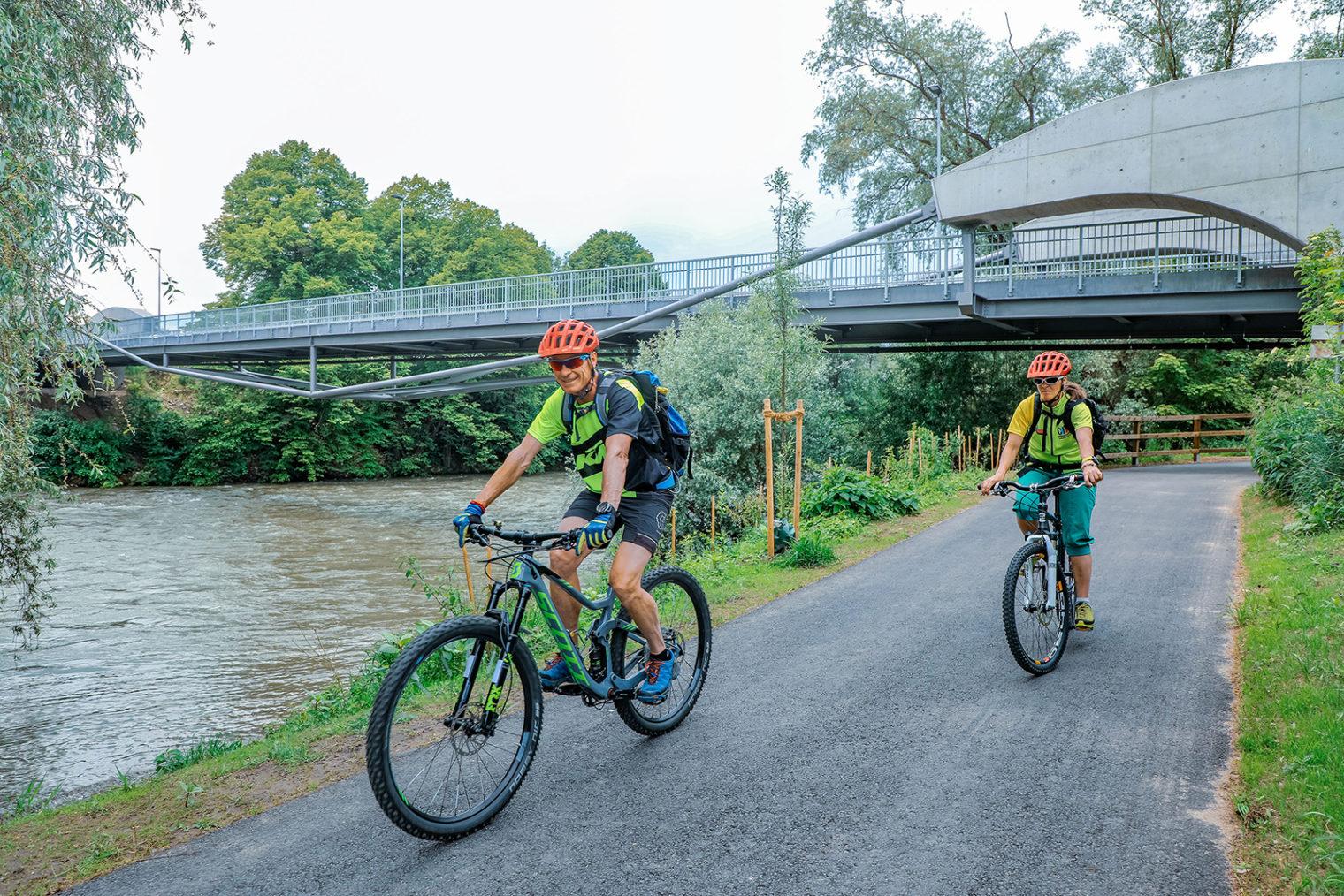 Zwei Radfahrer am neuen Geh- und Radweg